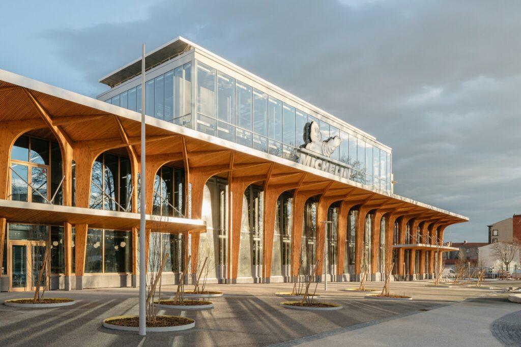 Le bâtiment est désormais habillé d'une façade de 160 mètres de long, vitrée et longée d'imposants auvents en bois.