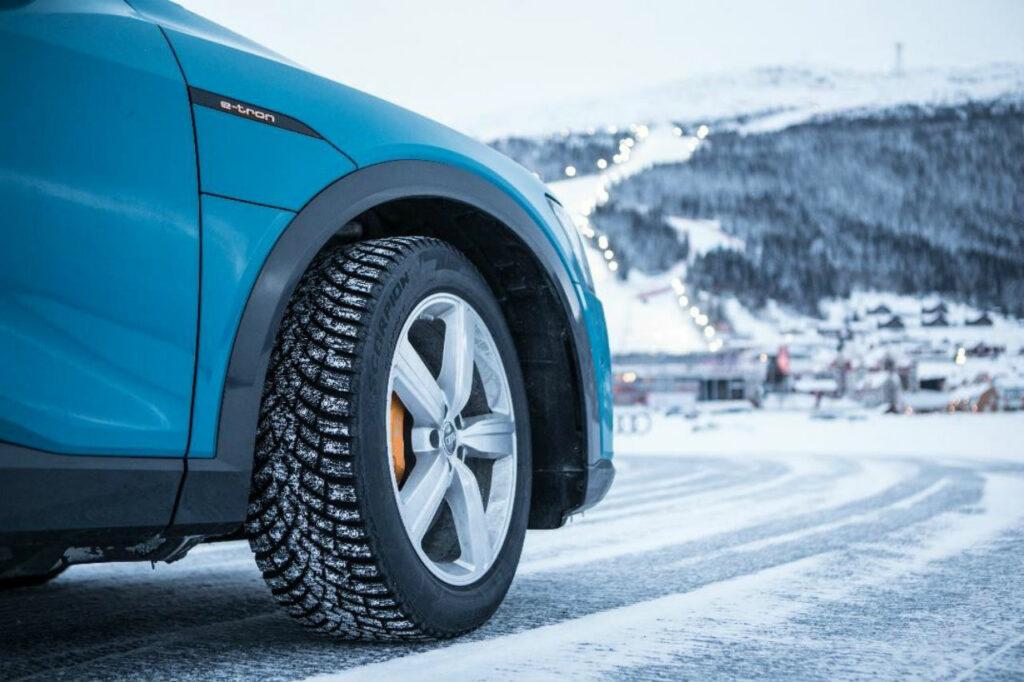 Seulement 1 conducteur sur 5 envisage de modifier ses pneumatiques avec l'arrivée de la loi Montagne. © Pirelli