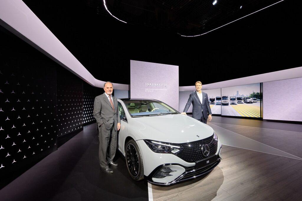 Bernd Pischetsrieder, président du conseil de surveillance de Daimler, et Ola Källenius, président de Daimler et Mercedes-Benz AG, le 1er octobre 2021.