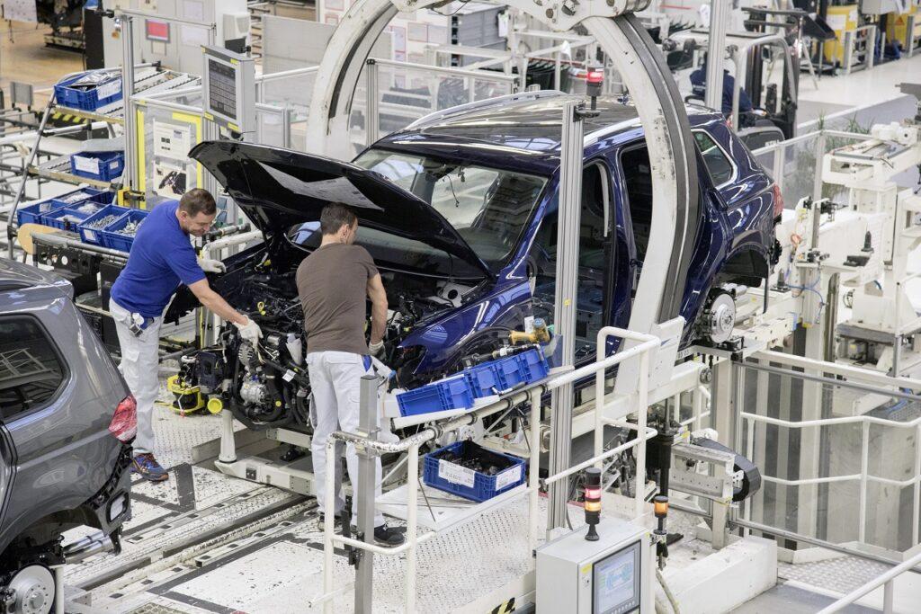 Herbert Diess, le patron du groupe VW, a prévenu que 30 000 emplois pourraient être supprimés pour maintenir la compétitive du groupe dans la transition écologique.