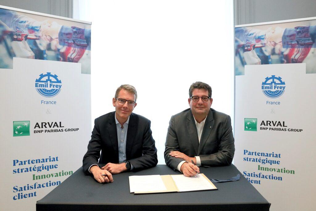 Ferreol Mayoly, directeur d'Arval France, et Hervé Miralles, président d'Emil Frey France et Belgique, annoncent la création d'Autosphere Lease.