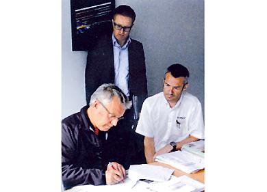 Signature du contrat entre la carrosserie Grégoire et la concession Nissan Espace 3 à Dol-de-Bretagne.