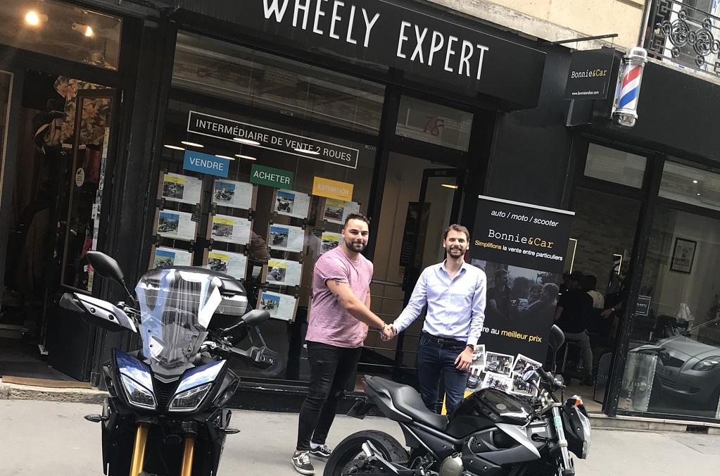 Kevin Belford (Wheely Expert) et MaximeGrandjean (Bonnie&Car), lors de la cérémonie de signature de vente.