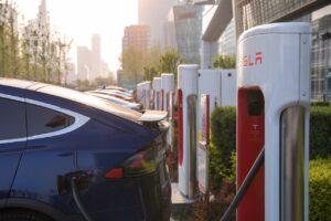 Tesla se plaint des lenteurs de l