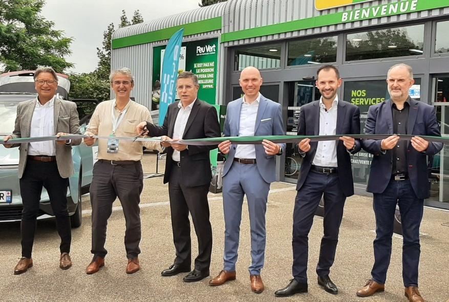 Les équipes Aiways et Feu Vert qui ont travaillé sur ce projet, en présence des patrons des deux entreprises, Serge Cometti et Thierry Sinquin.